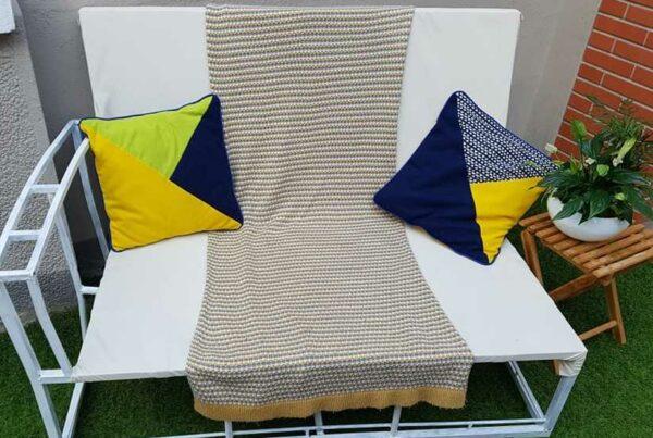 canapé après relooking et décoré 2